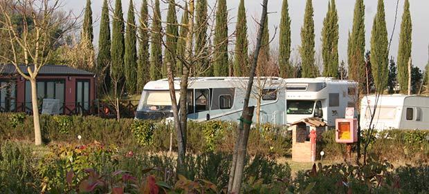 Wohnmobil auf Campingplatz in Toskana