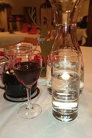 Rotwein und Quellwasser