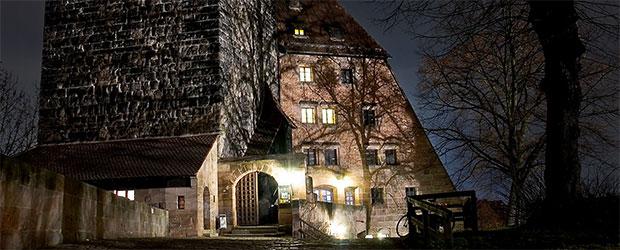 Jugendherberge und Fünfeckturm bei Nacht