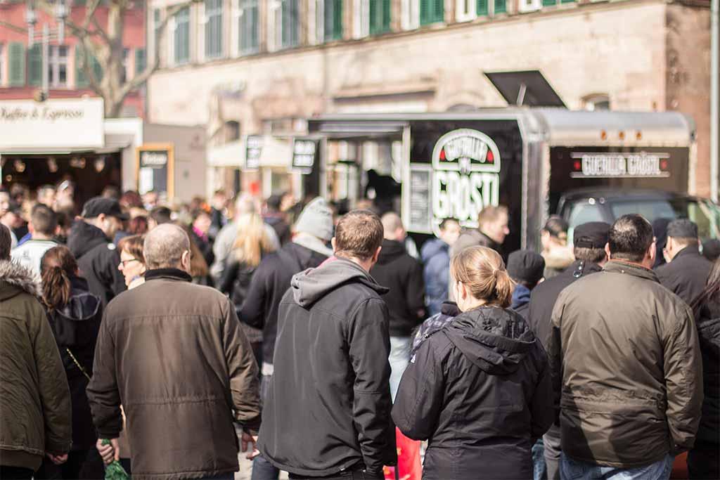 Erstes Foodtruck RoundUp ON TOUR Schwabach Warteschlange