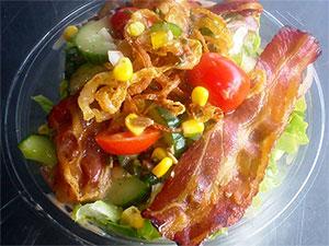 Salat mit Speckstreifen