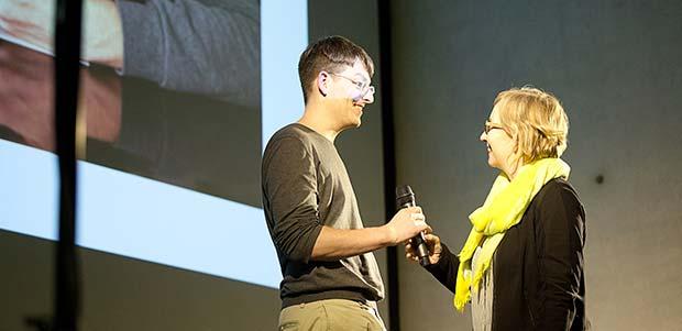 Sprecher nimmt Mikrofon entgegen