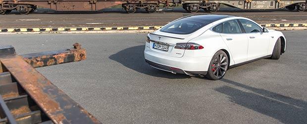 Tesla Model S am Hafen Nürnberg
