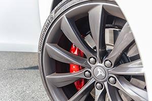 Felge mit roter Bremse Tesla