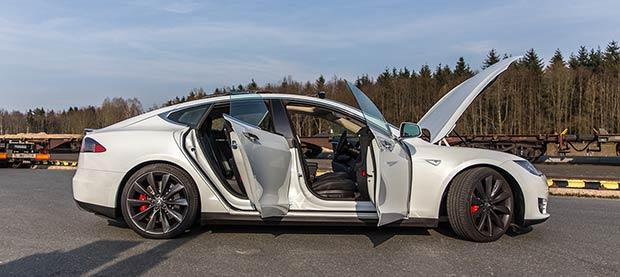 Seitenansicht Tesla Model S offene Türen