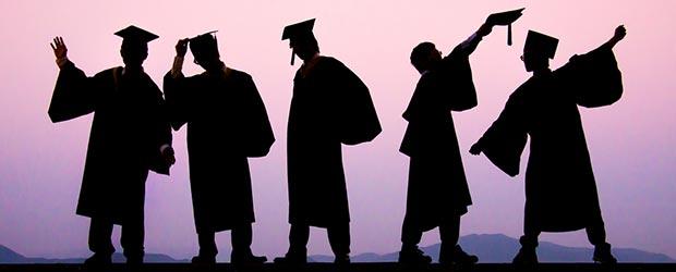 Absolventen feiern Abschluss