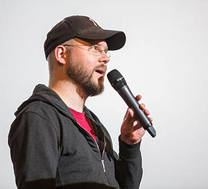 Comic-Autor Daniel Lieske mit Mikrofon