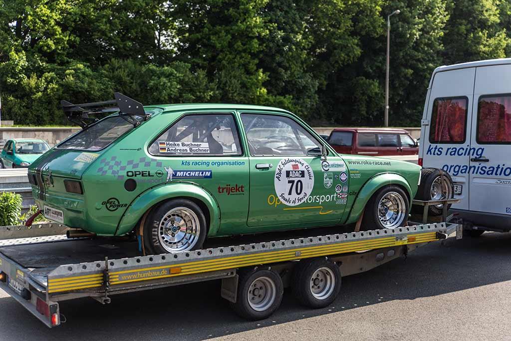 Opel Rennwagen auf Anhänger