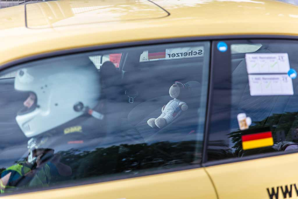 Teddy in Rennwagen
