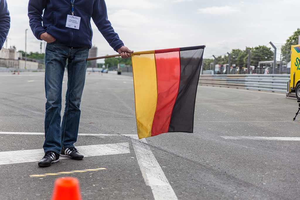 Deutschlandfahne als Startflagge Autorennen