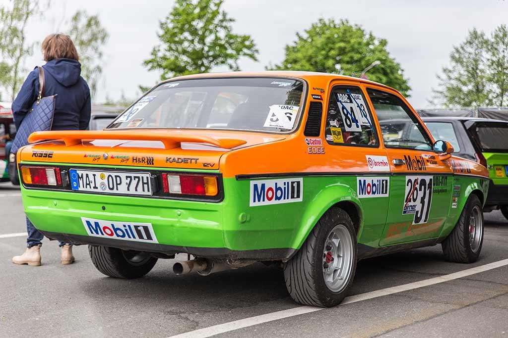 Orange-grüner Opel Kadett Rennwagen