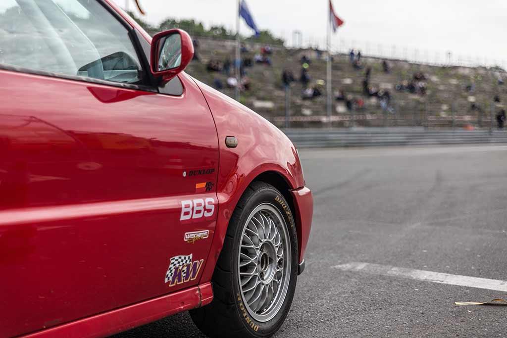 VW Polo Rennauto startet