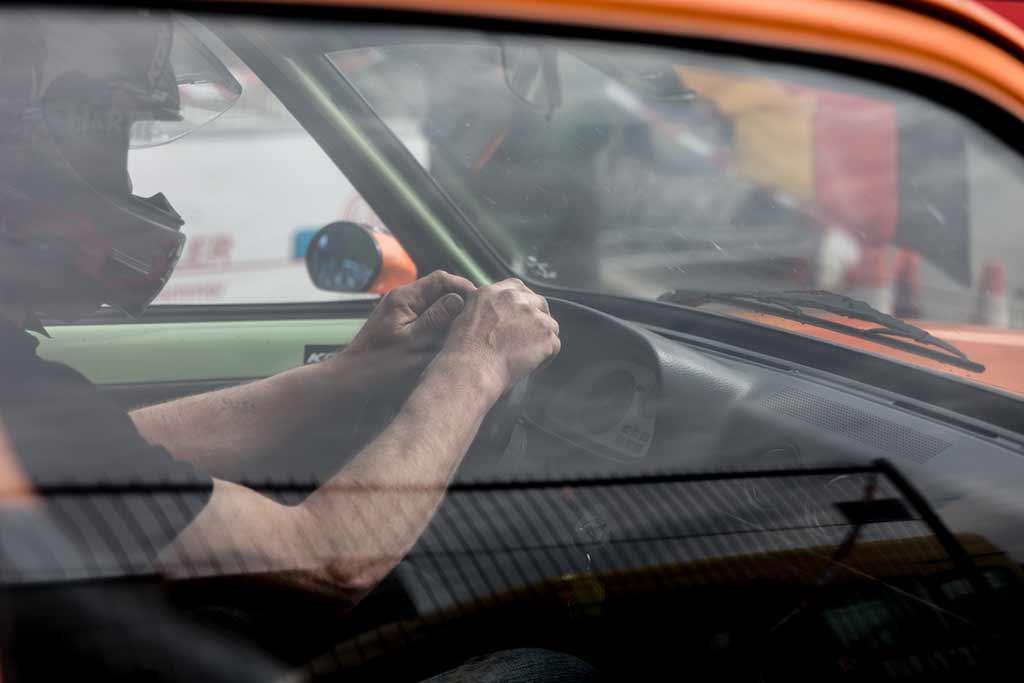 Rennfahrer Arme auf Lenkrad am Start