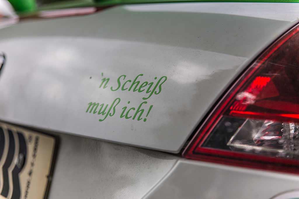 Schriftzug N Scheiß muss ich Heck Rennwagen