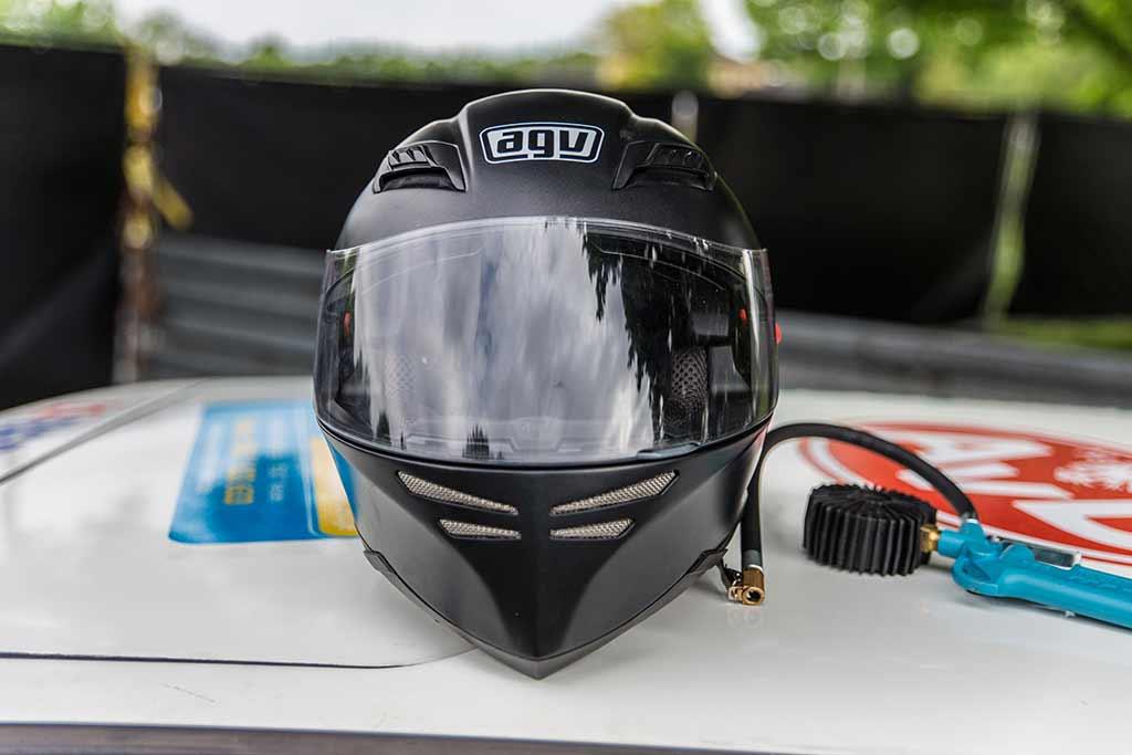 Helm und Luftdruckmesser auf Autodach