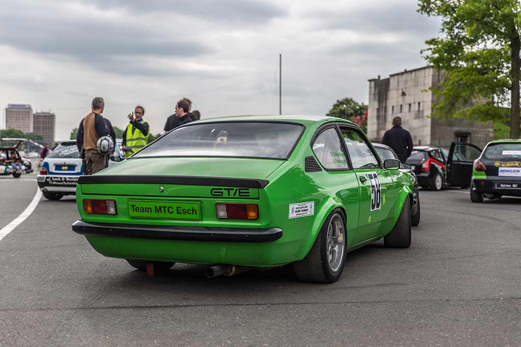 Grüner Opel Manta Renn-Slalom