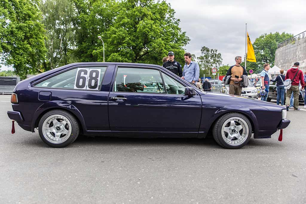 Violett farbener VW Scirocco