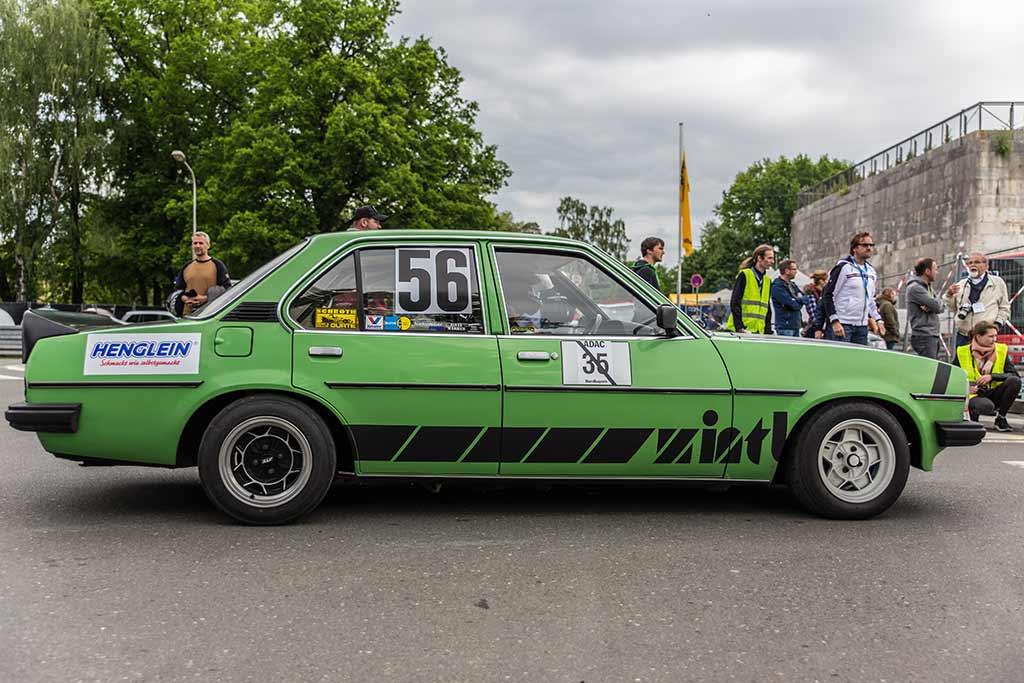 grüner Opel Rennwagen Seitenansicht