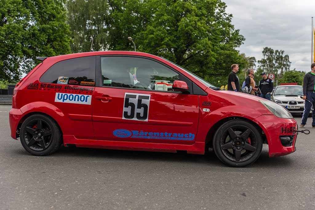 Roter Ford Fiesta ST Seitenansicht
