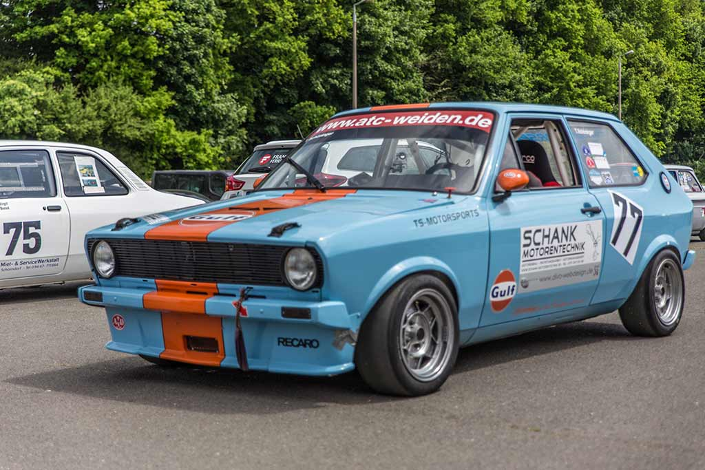 hellblauer Rennwagen mit orangenem Streifen