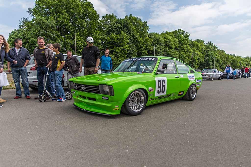 Besucher Fahrerlager bei grünem Opel Manta