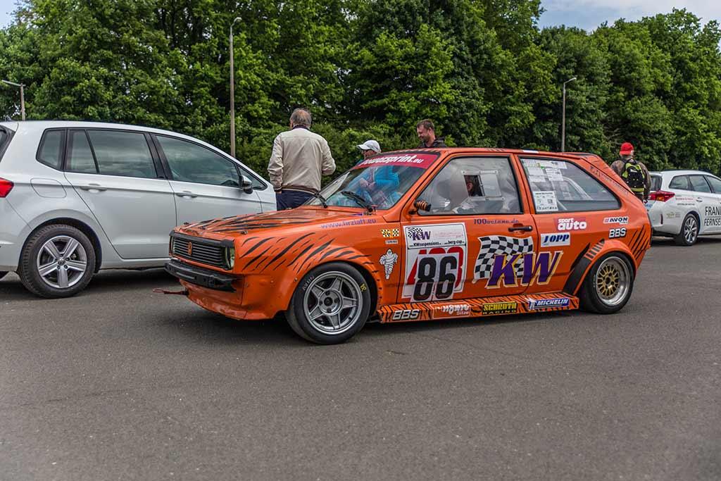 orangener VW im Fahrerlager
