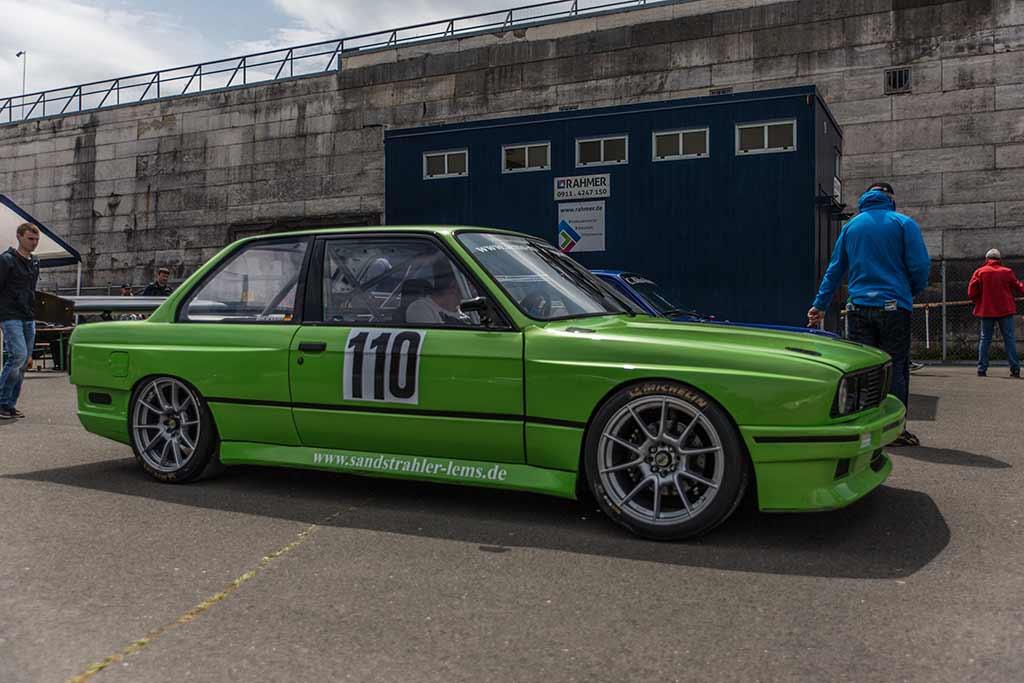 giftgrüner BMW Rennwagen