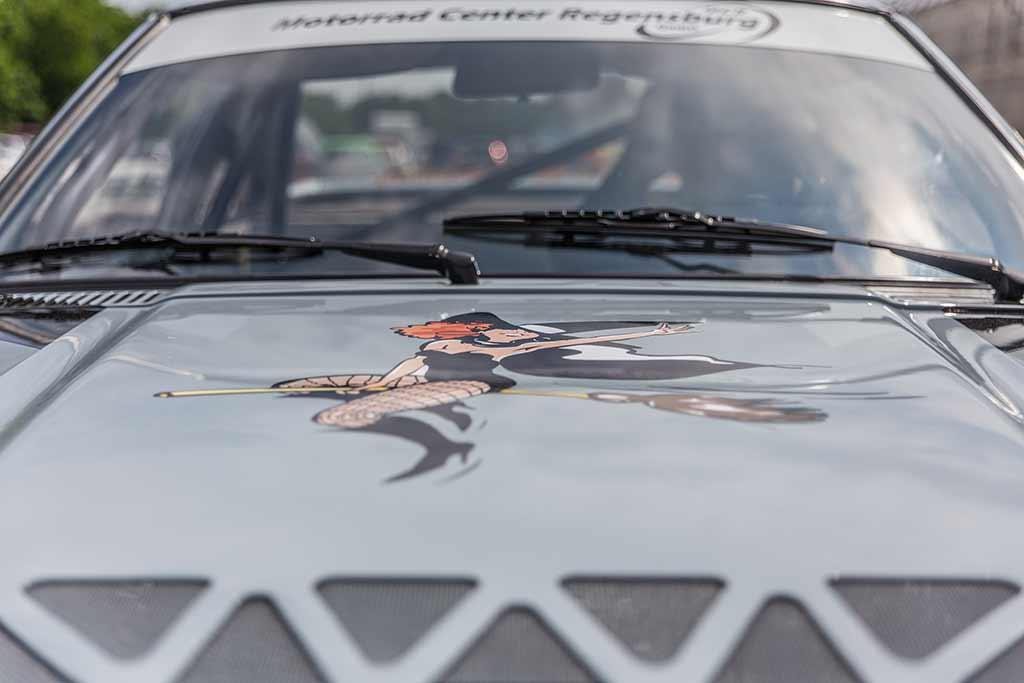 Detail Motorhaube Comicfigur Hexe auf Besen