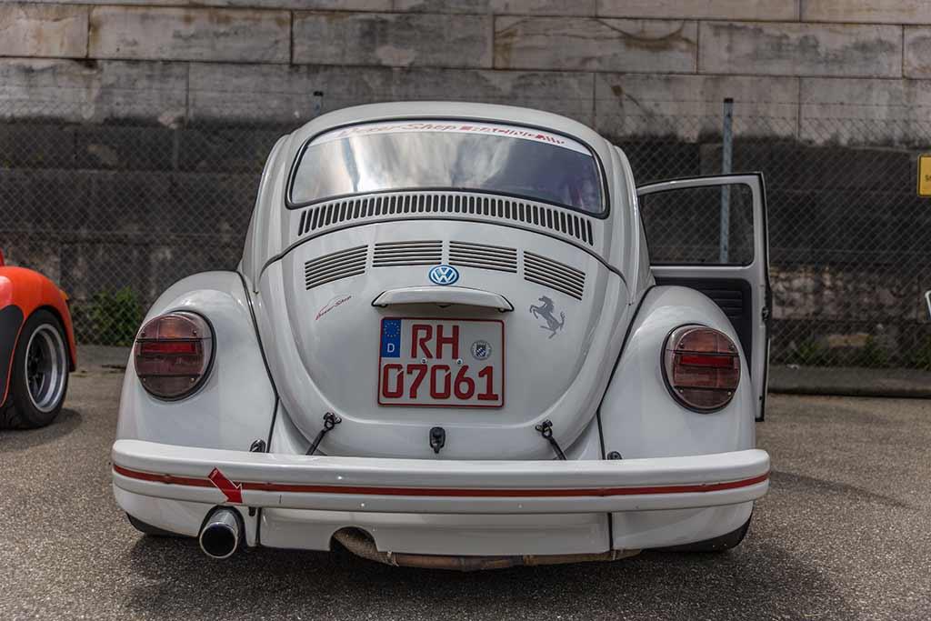 Heckansicht grauer VW Käfer