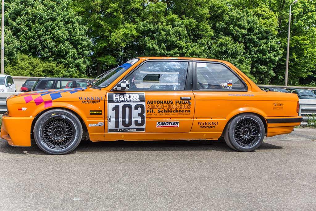 Seitenansicht BMW orange beklebt