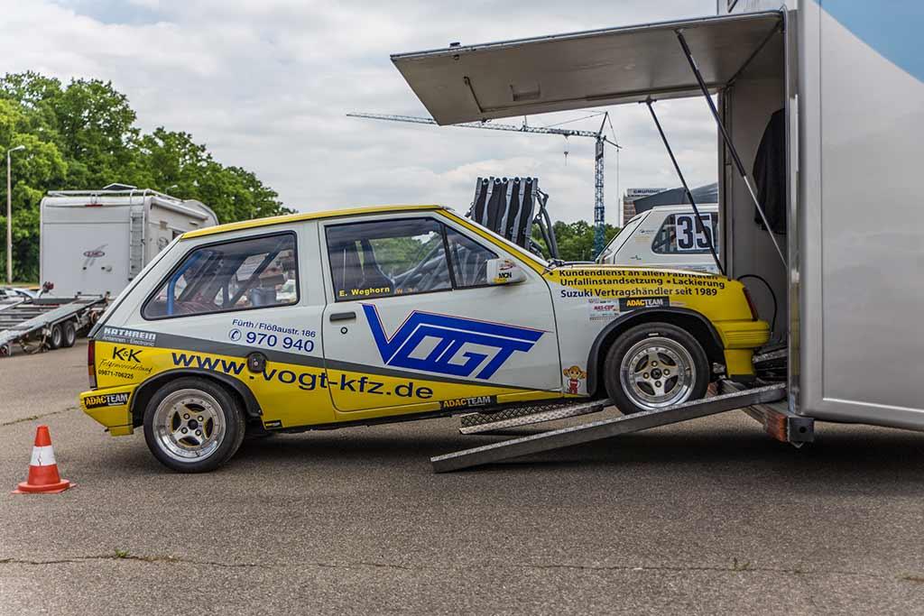 Opel Corsa A steht halb in Wohnmobilgarage