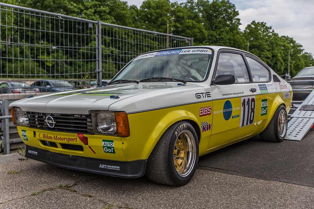 gelb grauer Opel Rennwagen