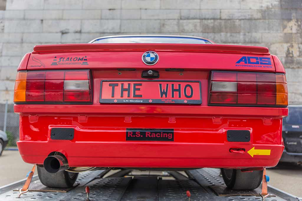 Heckansicht roter BMW Kennzeichen The Who