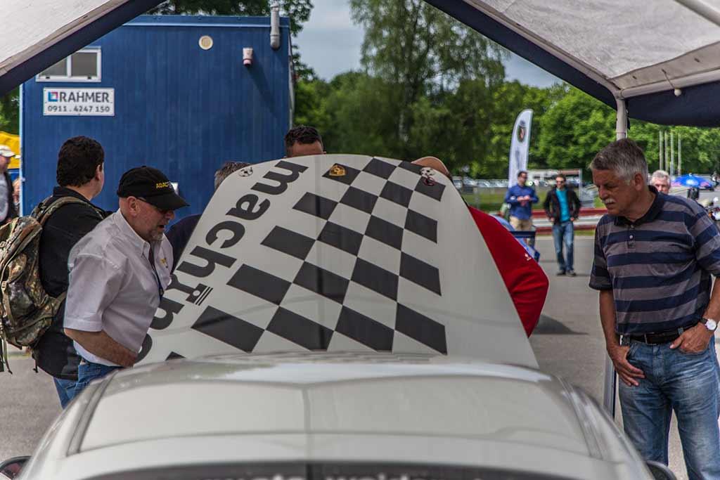 Inspekteure bei Porsche offene Motorhaube