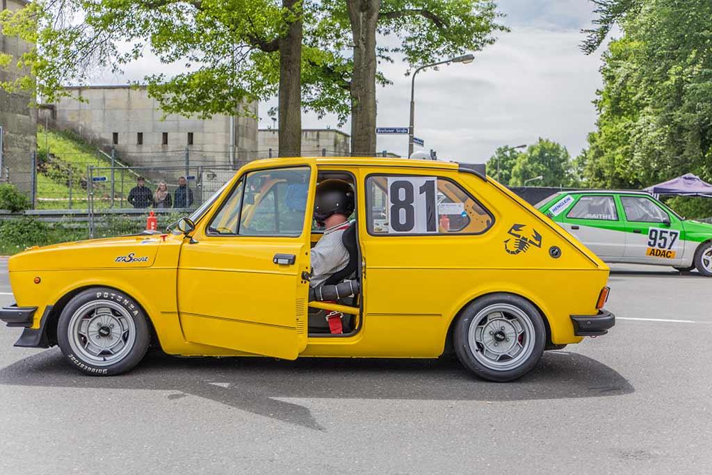 gelber Fiat Rennwagen offene Tür