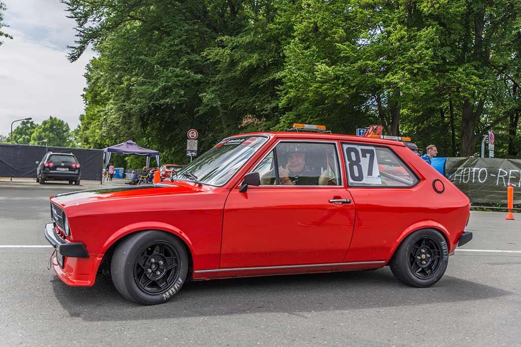 roter Audi 50 Fahrer Daumen hoch