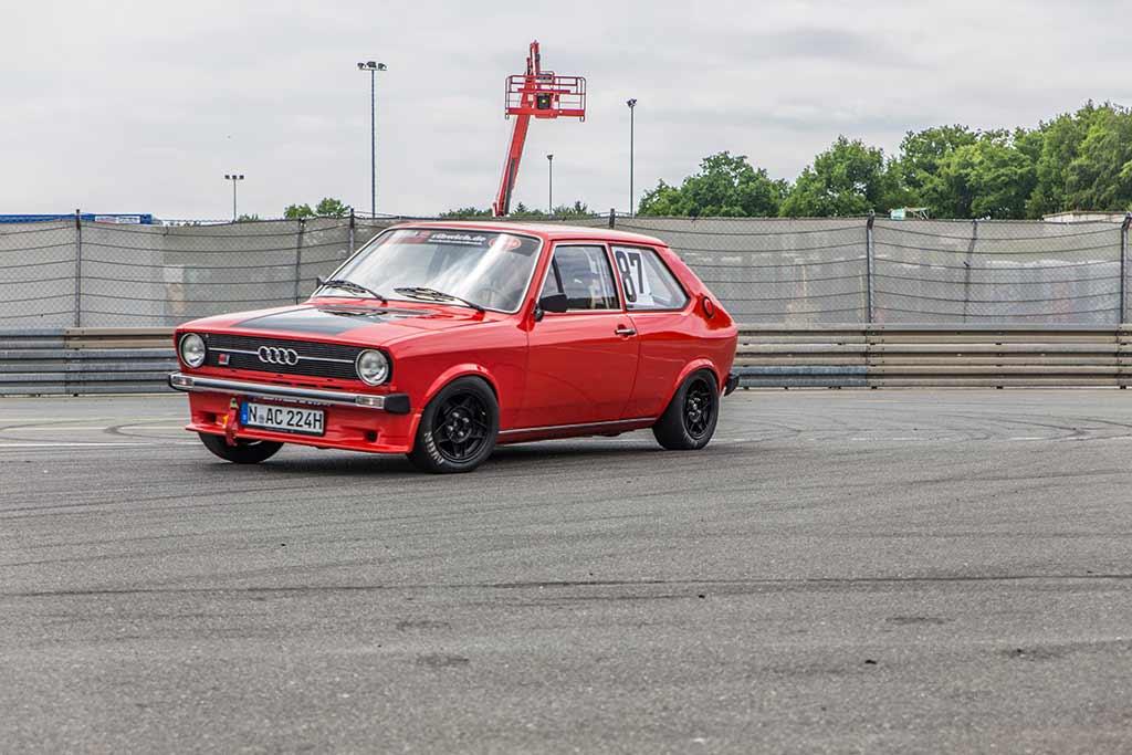 Kurvenfahrt roter Audi 50