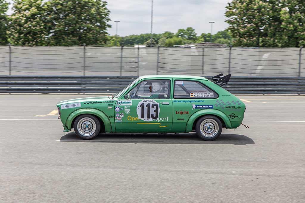 Vorbeifahrt grüner Opel