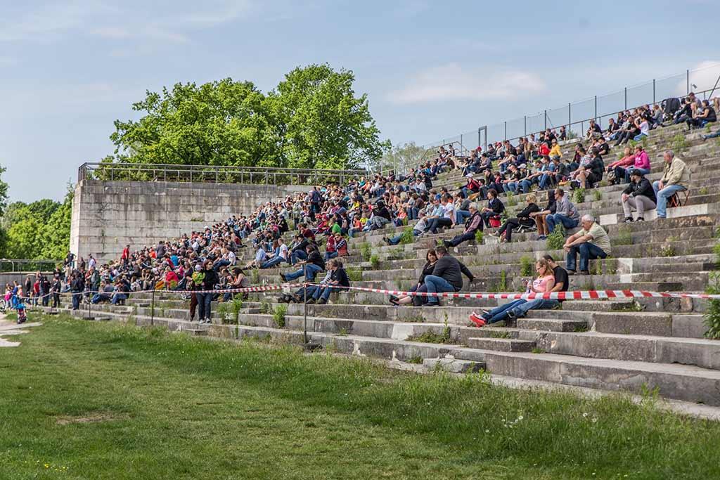 Zuschauer auf Steintribüne