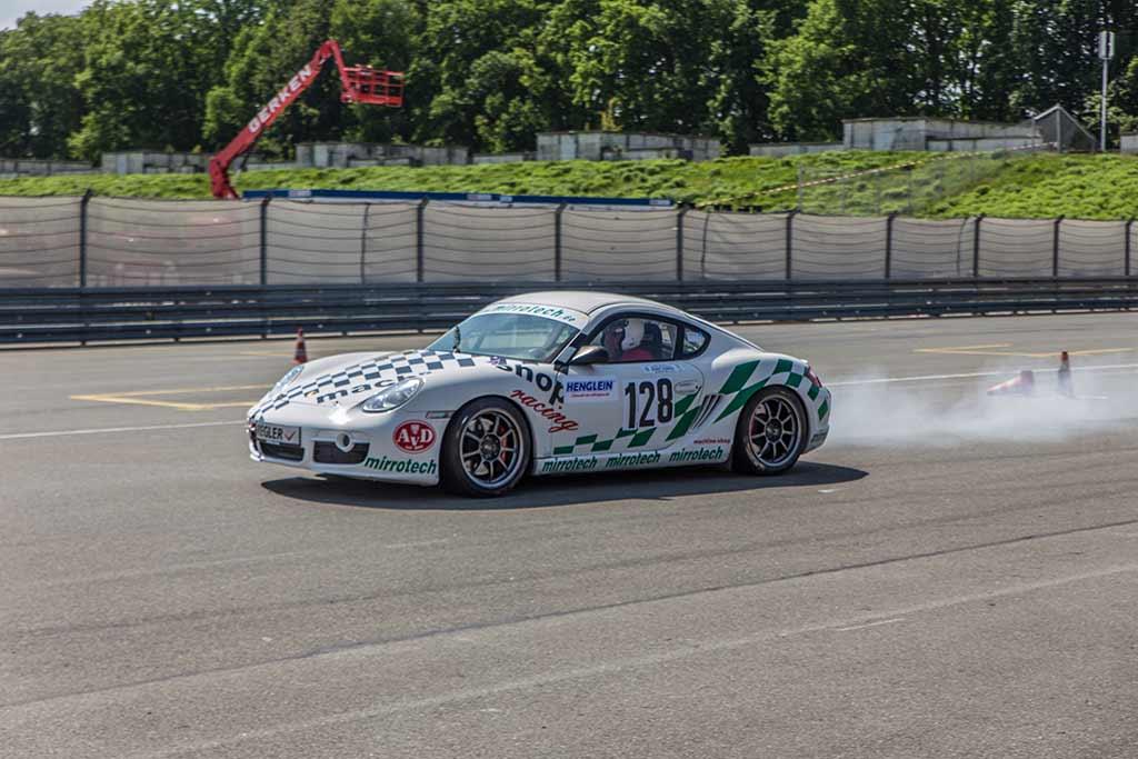 Vorbeifahrt Porsche qualmende Reifen