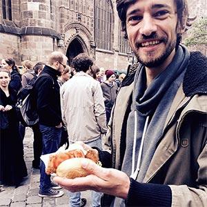 Felix mit veganer Schnitzel-Semmel