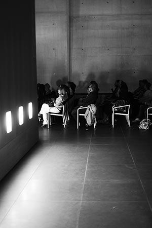 Zuschauer im Neuen Museum Nürnberg