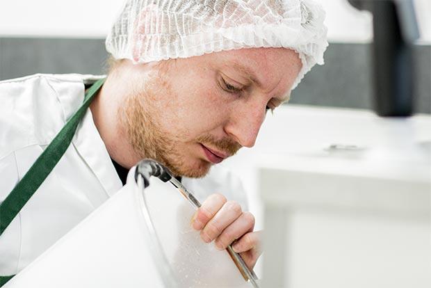 Michael Medrea konzentriert bei der Arbeit