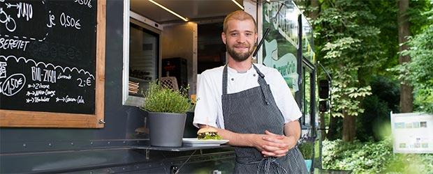 Arne Ulfers an seinem Foodtruck