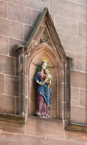 Muttergottes mit Jesuskind an der Westfassade, 2016.
