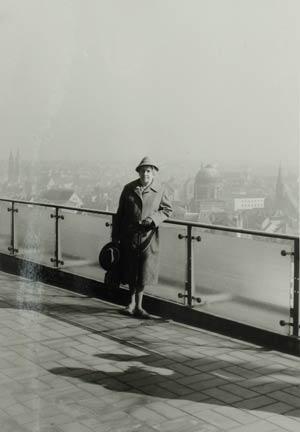 Eine Dame posiert auf der Dachterrasse des Plärrerhochhauses vor der Kulisse der Altstadt, 1961.