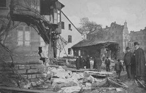 Passanten vor dem zerstörten Haus Kleinweidenmühle 4, 1909.