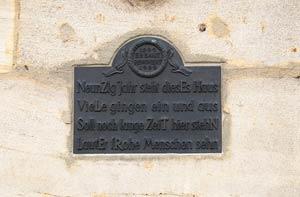 Diese Bronzetafel am Eingang zur Fichtestraße erinnert an die Geschichte des Hauses und ihrer Bewohner.