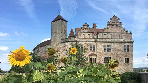 Burg Cadolzburg mit Sonnenblumen