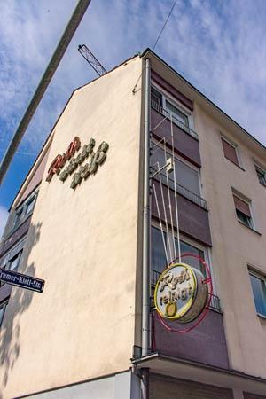 Sie wird bleiben, aber nicht mehr strahlen – die Leuchtreklame am Haus Innere Cramer-Klett-Straße 22.